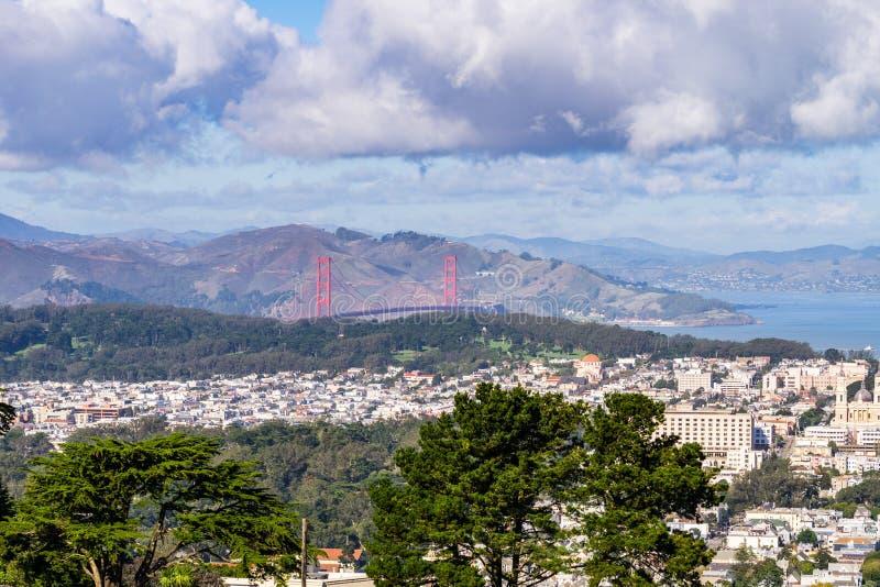 Sikt in mot Golden gate bridge från Twin Peakskullar, San Francisco, Kalifornien arkivbilder