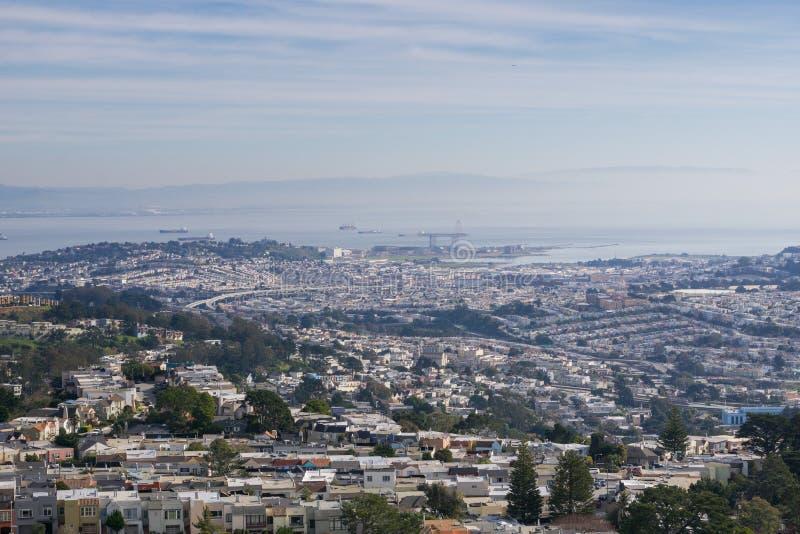 Sikt in mot San Francisco Bay från Mt Davidson på en dimmig dag, Kalifornien fotografering för bildbyråer
