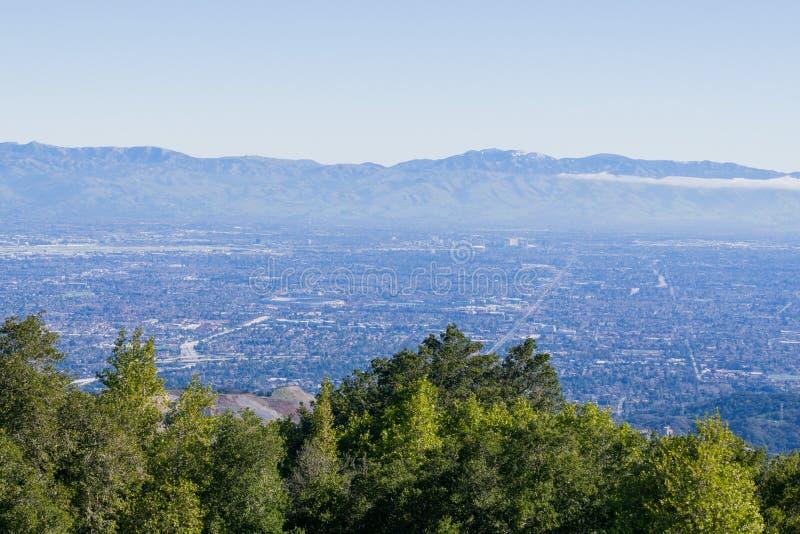 Sikt in mot San Jose och Cupertino, södra San Francisco Bay, Kalifornien royaltyfri foto