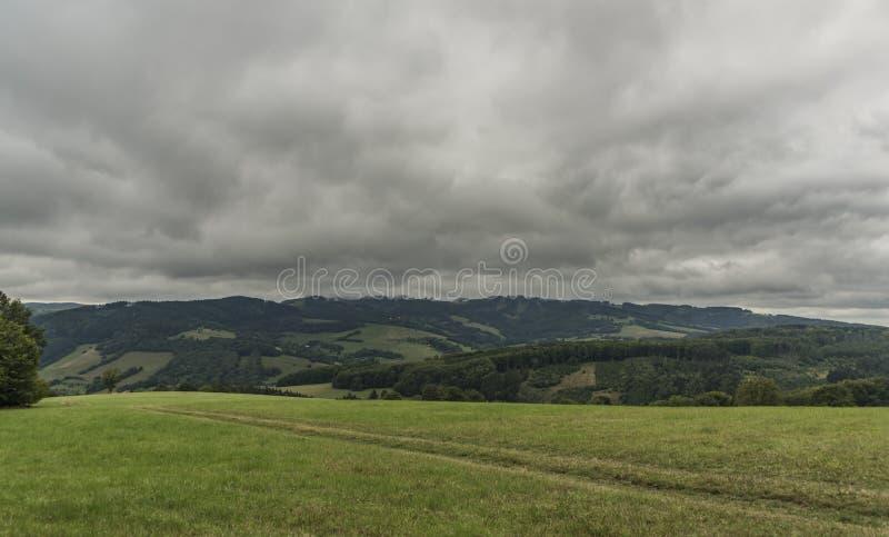Sikt nära den Zitkova byn i vresighetKarpaty berg royaltyfri foto