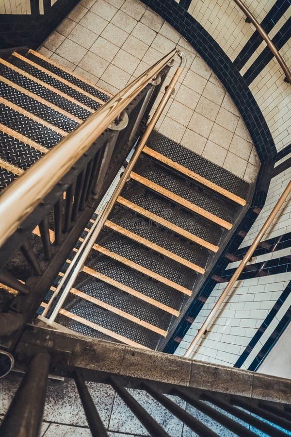 Sikt ner en inre trappuppgång arkivbild