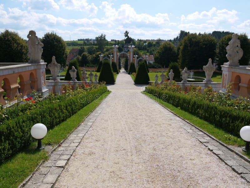 Sikt ner från slottborggården som rockerar trädgården och porten arkivbild