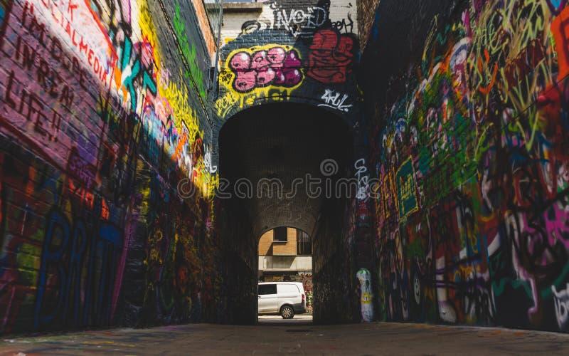 Sikt ner konstverk på grafittigatan royaltyfria foton