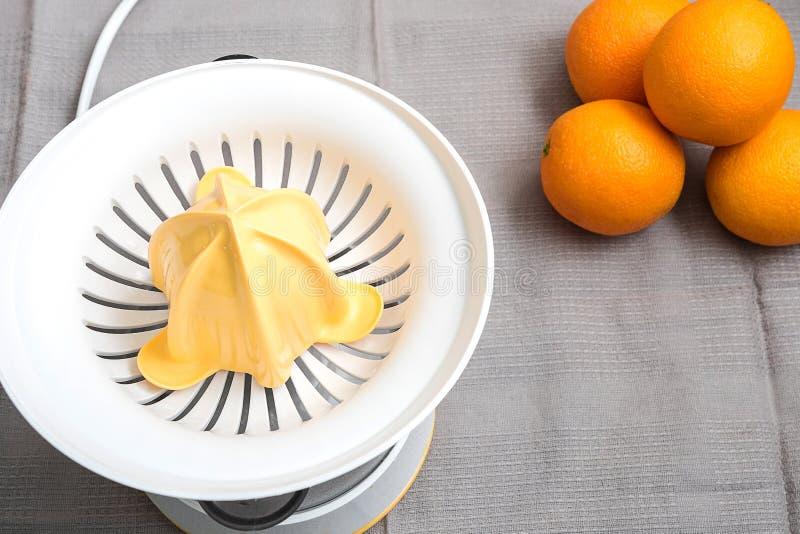 Sikt och apelsiner för Juicer bästa på tyg med spår av hörn arkivfoton
