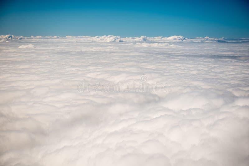 Sikt ovanför moln från ett flygplan royaltyfri bild