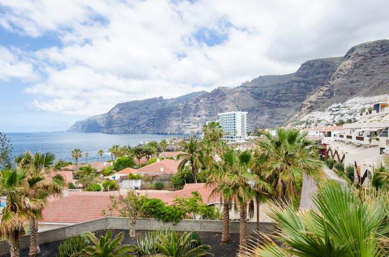 Sikt på semesterortstaden av klippor för Los Gigantes 'av jättarna Kanariefågelöar, Tenerife, Spanien fotografering för bildbyråer