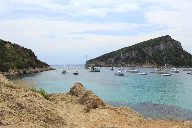 Sikt på ön av Figaroli från stranden av den Cala morescaen, Golfo Aranci, i Sardinia royaltyfri fotografi
