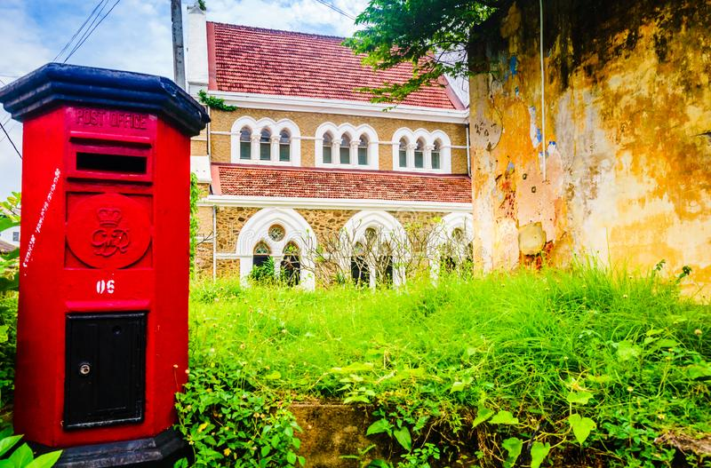 Sikt på anglikansk kyrka för röda helgon för stolpeask främsta allra i Galle, Sri Lanka royaltyfri fotografi