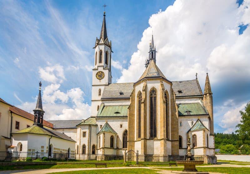 Sikt på antagandet av St Mary Church på borggården av Cistercian Monastey i Vyssi Brod - Tjeckien royaltyfri fotografi