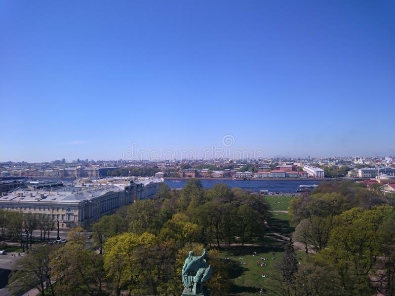 Sikt p? av den St Petersburg staden fr?n kolonnaden av St Isaac& x27; s Ryssland arkivfoton