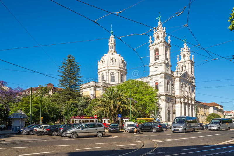 Sikt på basilikan da Estrela i gatorna av Lissabon i Portugal royaltyfri bild