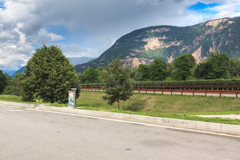 Sikt på bergen från en parkeringsplats arkivbilder