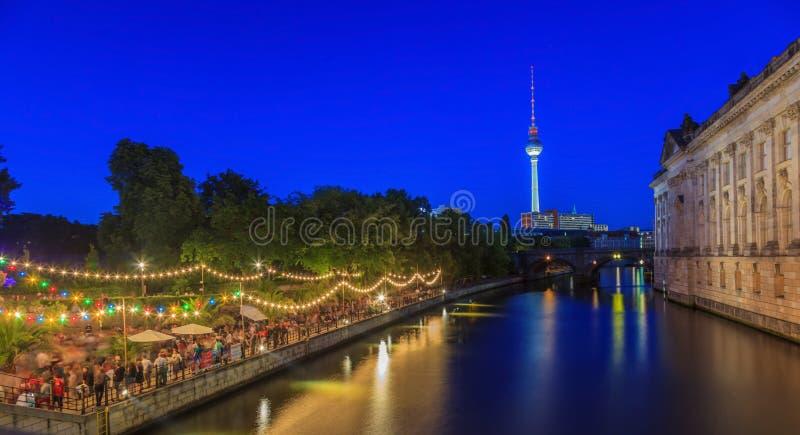 Sikt på bidat museum i Berlin på natten royaltyfria foton
