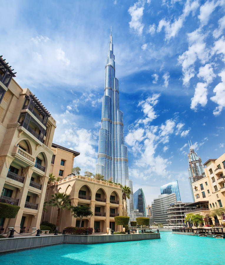 Sikt på Burj Khalifa höjd 828 M i finansiell mitt av Dubai, Förenade Arabemiraten arkivbild