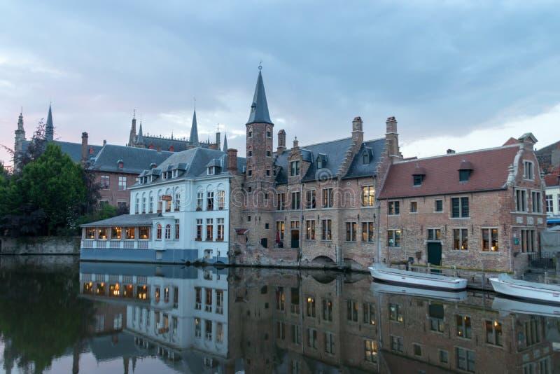 Sikt på byggnader i skymningen royaltyfria foton