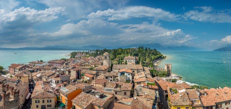 Sikt på byggnaderna i den Sirmione byn vid sjön Garda i Italien royaltyfri foto