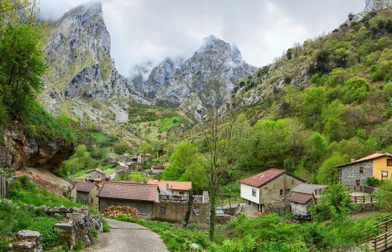 Sikt på Cain de Valdeon i en molnig vårdag, Picos de Europa, castilen och Leon, Spanien royaltyfri fotografi
