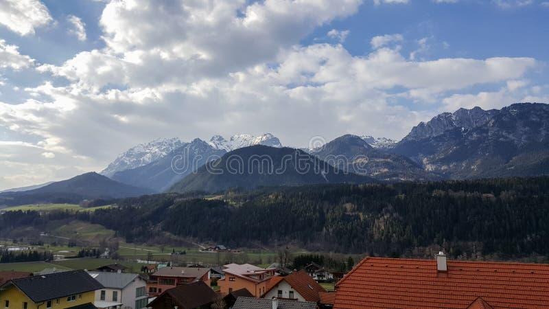 Sikt på Dachstein Massiv berg från Haus im Ennstal fotografering för bildbyråer
