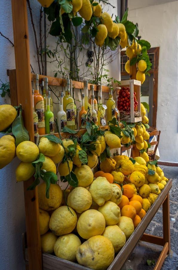Sikt på de färgrika citronerna och de olika citrusfrukterna på den italienska basaren royaltyfria foton