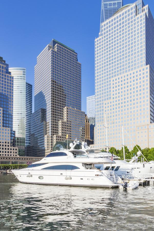 Sikt på de lyxiga skeppen i den norr liten vikyachthamnen och byggnaderna av wintergardenen i New York, Förenta staterna royaltyfria foton