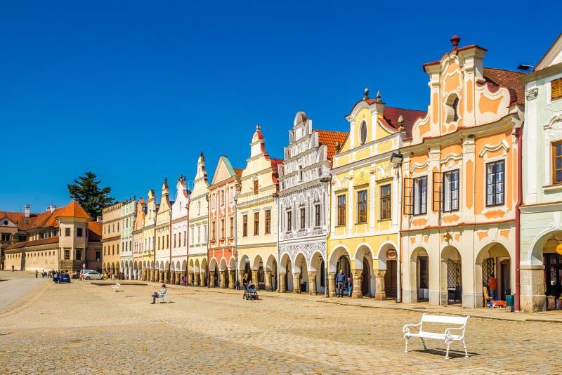 Sikt på de målade husen på det huvudsakliga stället i Telc - Moravia, Tjeckien arkivbilder
