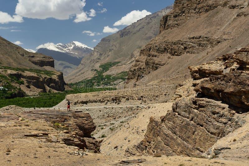 Sikt på den alternativa banan för Shakhdara dal till den Pamir huvudvägen, Tadzjikistan royaltyfri fotografi
