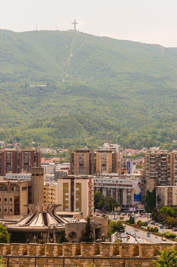 Sikt på den arga monumentet för berömd millenium på det Vodno berget med Skopje i stadens centrum cityscape på förgrunden arkivbild