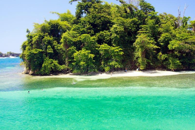 Sikt på den avskilda holmen med vitt sand- och turkosvatten - blå lagun i Portland, Jamaica fotografering för bildbyråer