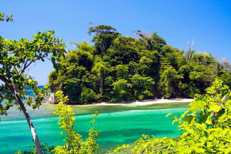 Sikt på den avskilda holmen med vitt sand- och turkosvatten - blå lagun i Portland, Jamaica arkivbilder