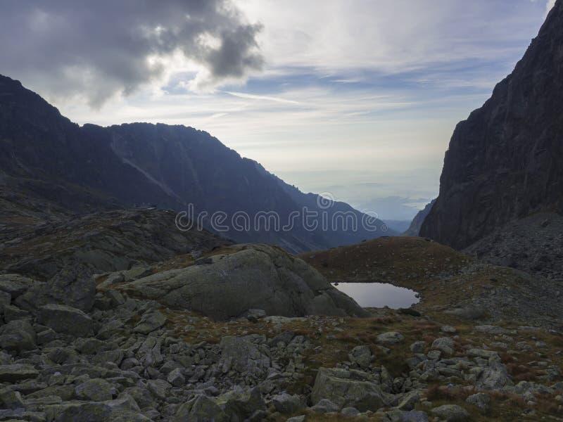 Sikt på den bergsjöNizne Spisske plesoen på slutet av den fotvandra rutten till det Teryho Chata bergskyddet i den höga Tatrasen  arkivbild