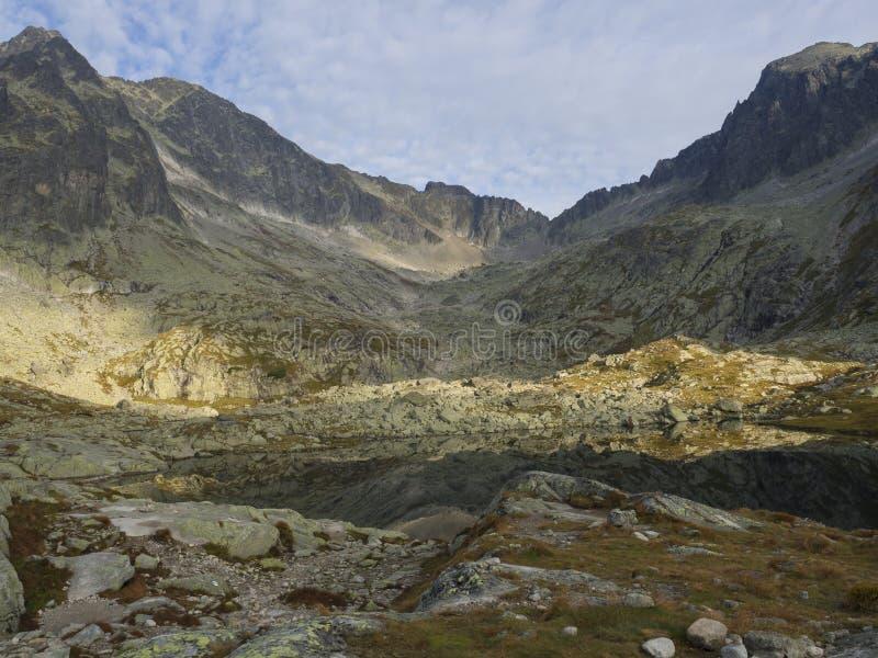 Sikt på den bergsjöProstredne Spisske plesoen på slutet av den fotvandra rutten till det Teryho Chata bergskyddet in royaltyfria bilder