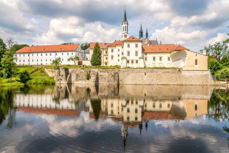 Sikt på den Cistercian Monasteyen i Vyssi Brod - Tjeckien royaltyfri bild