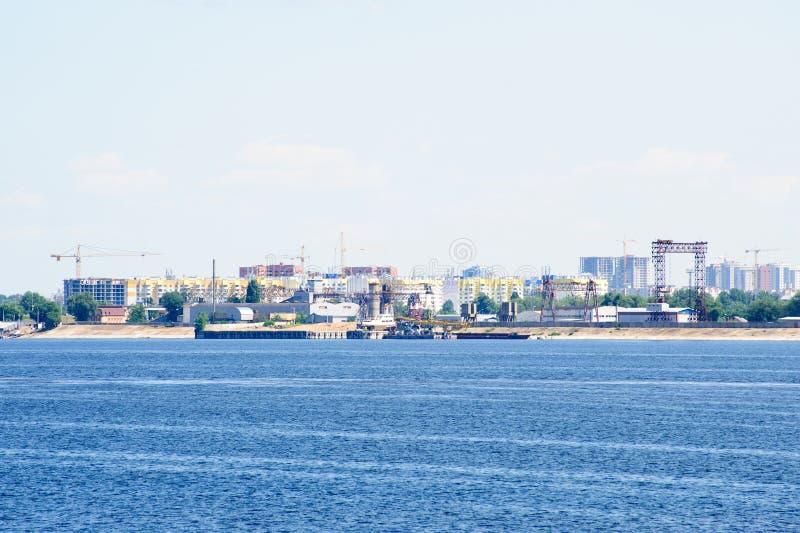 Sikt på den Engels staden från Volga River Ryssland royaltyfri foto