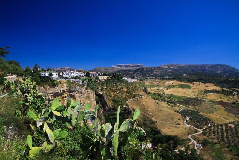 Sikt på den forntida byn Ronda som lokaliseras på platån som omges av lantliga slättar i Andalusia, Spanien royaltyfria foton