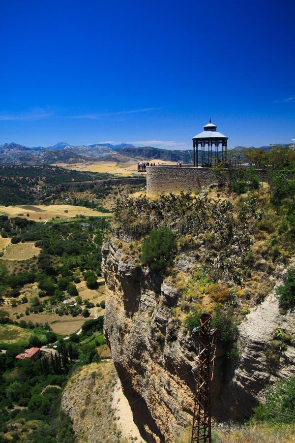 Sikt på den forntida byn Ronda som lokaliseras på platån som omges av lantliga slättar i Andalusia, Spanien arkivfoto