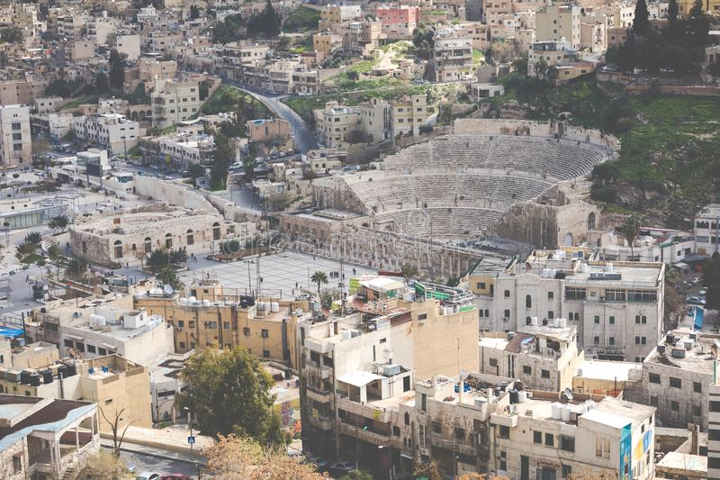 Sikt på den forntida Roman Theater som lokaliseras i huvudstad av Jordanien, fotografering för bildbyråer