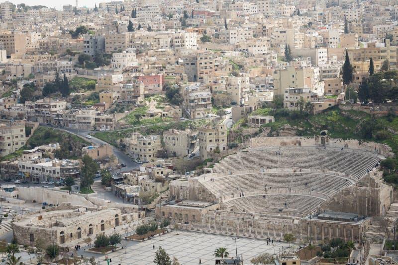 Sikt på den forntida Roman Theater som lokaliseras i huvudstad av Jordanien, arkivbilder