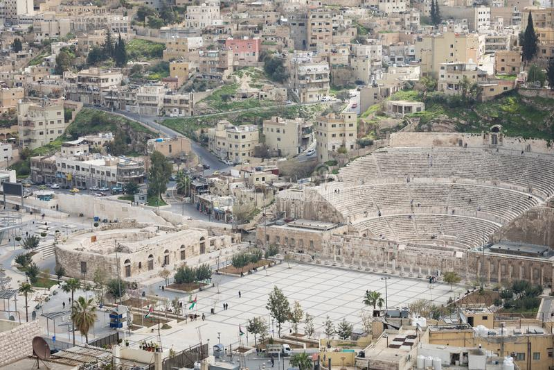Sikt på den forntida Roman Theater som lokaliseras i huvudstad av Jordanien, royaltyfria bilder