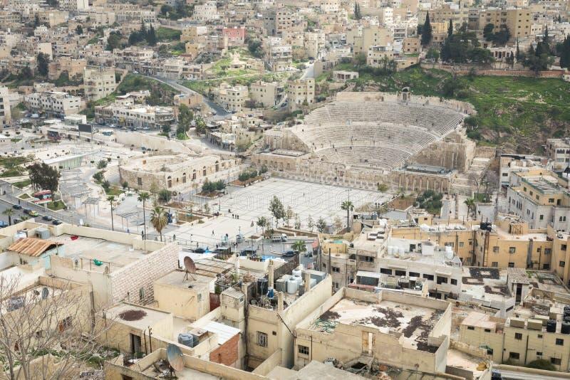 Sikt på den forntida Roman Theater som lokaliseras i huvudstad av Jordanien, royaltyfri bild