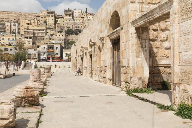 Sikt på den forntida Roman Theater som lokaliseras i huvudstad av Jordanien, arkivbild