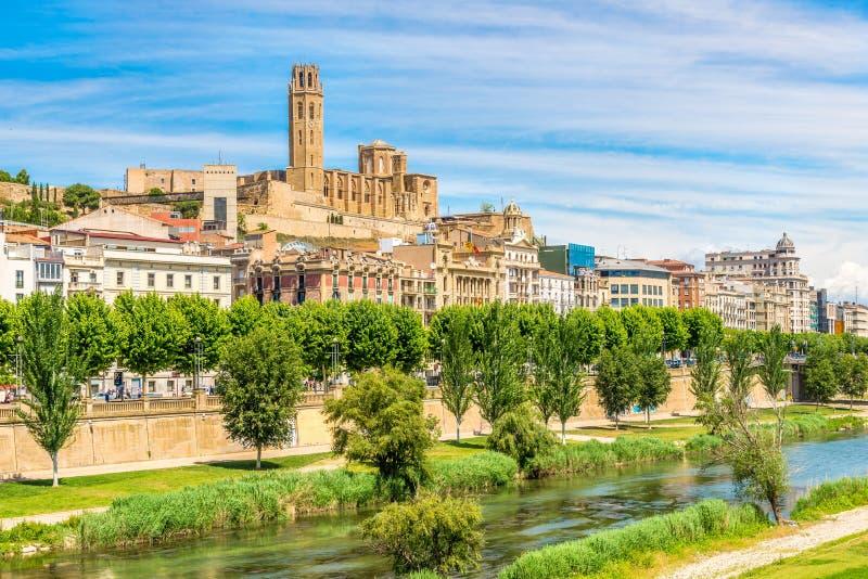 Sikt på den gamla domkyrkan Seu Vella med den Segre floden i Lleida - Spanien arkivbilder
