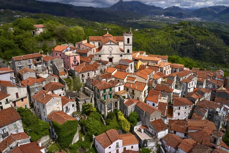 Sikt på den gamla staden av Rivello i Italien royaltyfri fotografi