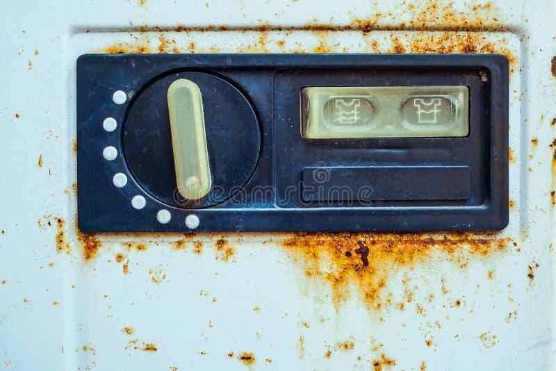 Sikt på den gamla strömbrytaren av tvättmaskinen med rostigt på kanten royaltyfri bild