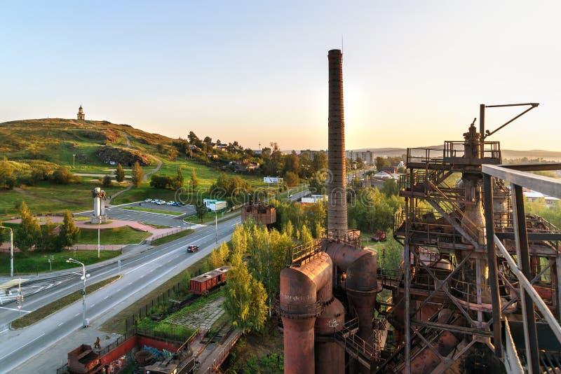Sikt på den gamla tryckvågpannan på att bryta och den metallurgical växten i Nizhny Tagil Ryssland arkivbilder
