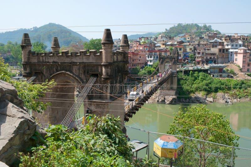 Sikt på den gamla upphängningbron Victoria i staden av Mandi Himachal Pradesh Indien royaltyfri foto
