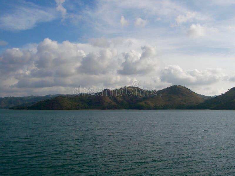 Sikt på den gröna moutainen från det blåa havet royaltyfri foto