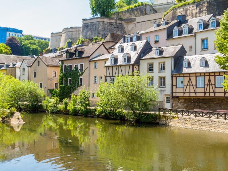 Sikt på den Grund områdes- och för Alzette flod, Luxembourg staden, Luxembourg arkivbilder