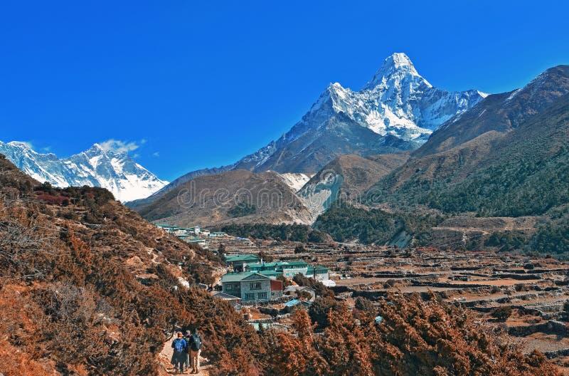 Sikt på den härliga lägre Pangboche byn och det Ama Dablam berget royaltyfria bilder