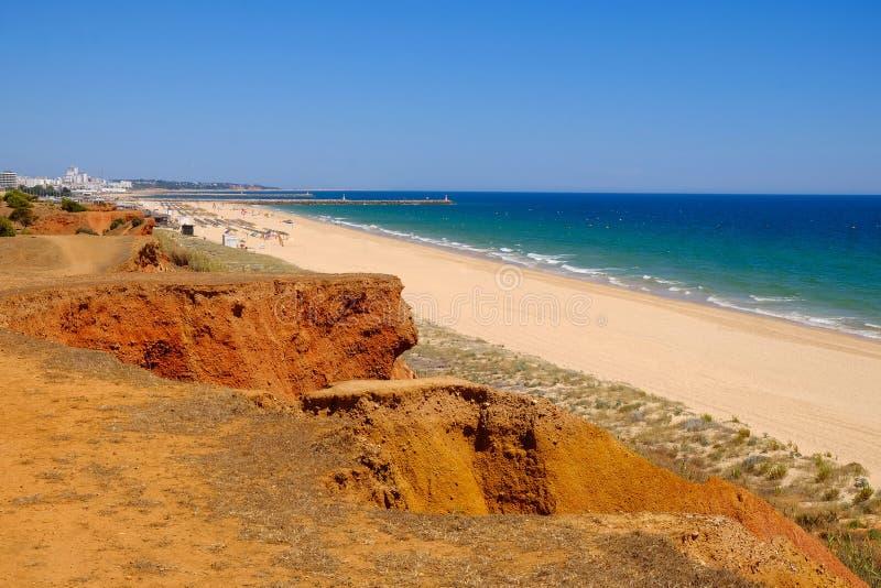 Sikt på den härliga strandpraiaen da Rocha Baixinha Nascente i Algarve, Portugal royaltyfri foto