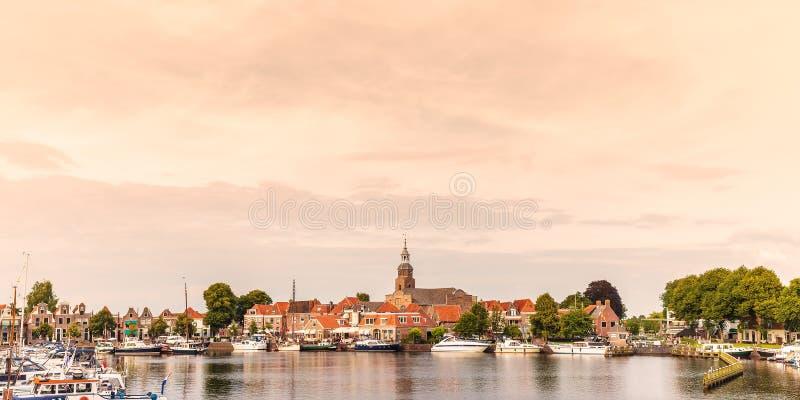 Sikt på den historiska hamnen med yachter i den holländska byn av arkivbild